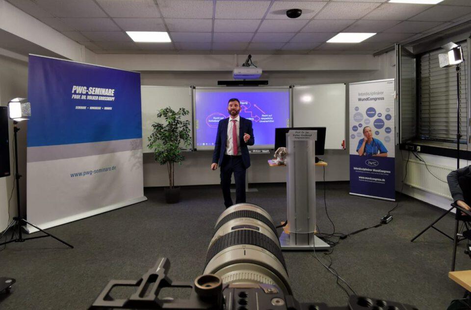Kongresspräsident Prof. Dr. Volker Großkopf bei seinem eigenen Vortrag, ebenfalls virtuell.